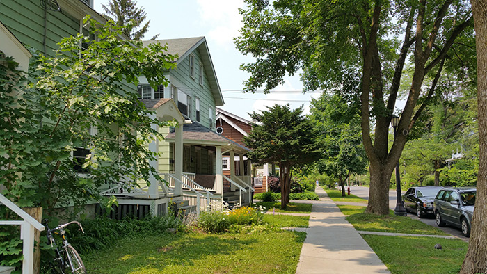 Stop-26-01-Syracuse_NY_700_block_Allen_St_photo_S_Gruber_July_2015